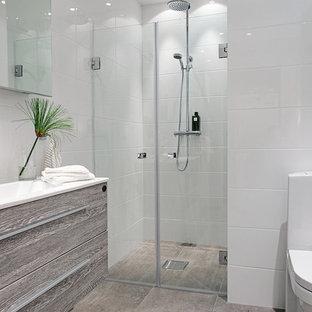 Ispirazione per una stanza da bagno padronale nordica di medie dimensioni con lavabo sospeso, doccia alcova, WC monopezzo, piastrelle bianche e pareti bianche