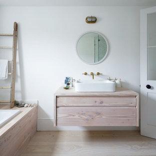 Immagine di una stanza da bagno padronale nordica di medie dimensioni con ante in legno chiaro, doccia alcova, pareti bianche, parquet chiaro, lavabo a bacinella, top in legno, vasca da incasso e top beige