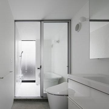 水まわりは広さが限られていたので、風呂の入口を大きな引違い窓で洗面所と一体感を出して広く見せています