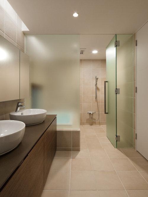 Modernes Badezimmer Mit Bodengleicher Dusche, Beiger Wandfarbe,  Aufsatzwaschbecken, Flächenbündigen Schrankfronten, Braunen Schränken