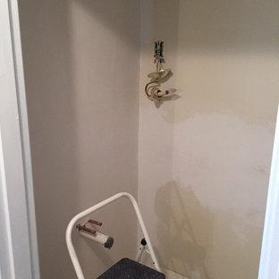 Idee per un'ampia stanza da bagno tradizionale con ante con bugna sagomata, ante in legno bruno, WC monopezzo, piastrelle blu, piastrelle in gres porcellanato, pareti blu, pavimento in linoleum, lavabo a consolle e top piastrellato