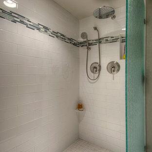 Kleines Modernes Badezimmer mit verzierten Schränken, weißen Schränken, Beton-Waschbecken/Waschtisch, Toilette mit Aufsatzspülkasten, weißen Fliesen, Fliesen aus Glasscheiben, grauer Wandfarbe, Keramikboden und Sauna in Denver