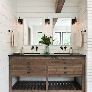 На фото: главная ванная комната среднего размера в стиле кантри с фасадами островного типа, темными деревянными фасадами, отдельно стоящей ванной, душем без бортиков, белой плиткой, плиткой кабанчик, белыми стенами, светлым паркетным полом, врезной раковиной, бежевым полом, открытым душем и черной столешницей с
