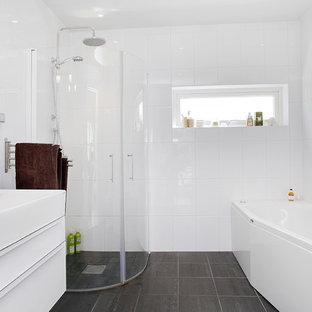 Idee per una stanza da bagno padronale nordica di medie dimensioni con lavabo rettangolare, ante lisce, ante bianche, vasca ad alcova, doccia a filo pavimento, piastrelle bianche, piastrelle in gres porcellanato, pareti bianche e pavimento in ardesia