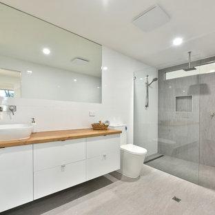 Badezimmer mit Betonboden und Waschtisch aus Holz Ideen ...