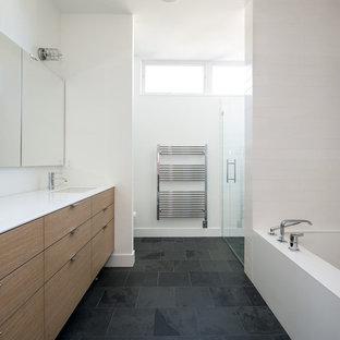Idées déco pour une douche en alcôve principale contemporaine de taille moyenne avec un lavabo encastré, un placard à porte plane, des portes de placard en bois brun, un plan de toilette en quartz modifié, une baignoire encastrée, un carrelage de pierre, un mur blanc, un sol en ardoise et un carrelage blanc.