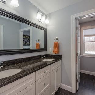 Idee per una stanza da bagno con doccia classica di medie dimensioni con ante in stile shaker, ante bianche, vasca ad alcova, vasca/doccia, WC a due pezzi, pareti grigie, lavabo sottopiano, top in granito, doccia con tenda, pavimento in vinile e pavimento nero