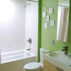 Modern Bathroom by Nic Darling