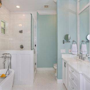 Immagine di una stanza da bagno padronale mediterranea di medie dimensioni con ante bianche, doccia alcova, piastrelle bianche, pareti multicolore, pavimento in gres porcellanato, lavabo sottopiano, pavimento bianco, porta doccia a battente e top verde