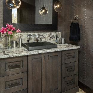 Diseño de cuarto de baño papel pintado, rural, papel pintado, con armarios estilo shaker, puertas de armario de madera en tonos medios, paredes marrones, lavabo sobreencimera, suelo multicolor, encimeras multicolor y papel pintado
