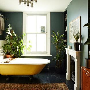 Ejemplo de cuarto de baño principal, ecléctico, con bañera con patas, paredes negras y suelo negro