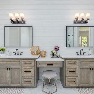 Пример оригинального дизайна: главная ванная комната в стиле кантри с столешницей из гранита, серым полом, белой столешницей, фасадами с утопленной филенкой, искусственно-состаренными фасадами, белыми стенами, мраморным полом и врезной раковиной