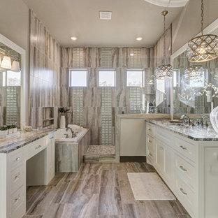 Foto på ett stort vintage en-suite badrum, med skåp i shakerstil, vita skåp, ett hörnbadkar, en öppen dusch, en toalettstol med hel cisternkåpa, beige kakel, marmorkakel, beige väggar, marmorgolv, ett undermonterad handfat, bänkskiva i kvarts och med dusch som är öppen
