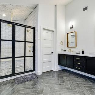 Esempio di una stanza da bagno padronale moderna con ante in stile shaker, ante nere, doccia doppia, piastrelle bianche, piastrelle diamantate, pareti bianche, lavabo da incasso, pavimento grigio, porta doccia a battente e top bianco