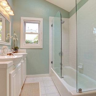 Immagine di una stanza da bagno per bambini shabby-chic style di medie dimensioni con ante bianche, piastrelle beige, lastra di pietra, pareti bianche, pavimento con piastrelle in ceramica e top in granito