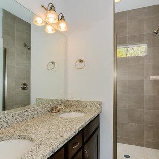 Diseño de cuarto de baño con ducha, de estilo americano, de tamaño medio, con armarios con puertas mallorquinas, puertas de armario de madera en tonos medios, ducha empotrada, paredes blancas, lavabo bajoencimera y ducha con puerta con bisagras