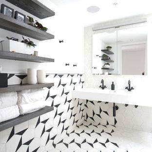 Mittelgroßes Modernes Badezimmer En Suite mit schwarz-weißen Fliesen, Zementfliesen, weißer Wandfarbe, Zementfliesen, Trogwaschbecken und weißem Boden in New York