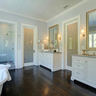 Immagine di una stanza da bagno classica con vasca freestanding, parquet scuro e toilette