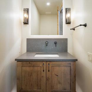 Modelo de cuarto de baño rústico, pequeño, con armarios estilo shaker, puertas de armario de madera oscura, encimera de cuarzo compacto y encimeras grises