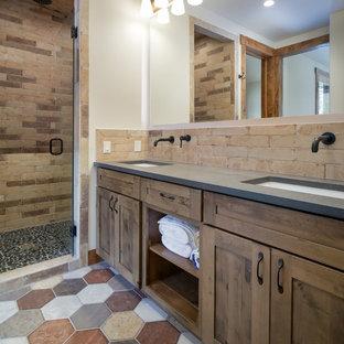 Imagen de cuarto de baño con ducha, rústico, de tamaño medio, con armarios estilo shaker, puertas de armario de madera oscura, baldosas y/o azulejos beige, baldosas y/o azulejos de porcelana, encimera de cuarzo compacto y encimeras grises