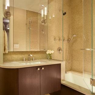 ニューヨークの中サイズのコンテンポラリースタイルのおしゃれなマスターバスルーム (モザイクタイル、フラットパネル扉のキャビネット、アンダーマウント型浴槽、シャワー付き浴槽、ベージュの壁、モザイクタイル、濃色木目調キャビネット、茶色いタイル、アンダーカウンター洗面器、クオーツストーンの洗面台、ベージュの床、開き戸のシャワー) の写真