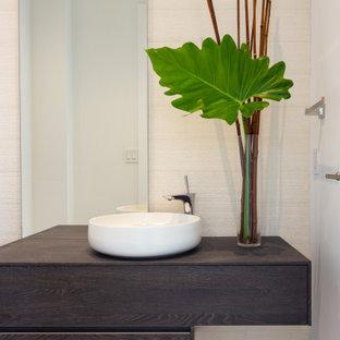 Idee per una stanza da bagno tradizionale con ante marroni, piastrelle beige, piastrelle di pietra calcarea, pareti beige, pavimento in pietra calcarea, lavabo a bacinella, top in laminato, pavimento beige e top marrone
