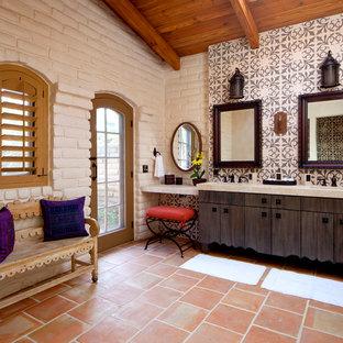 Immagine di una stanza da bagno american style di medie dimensioni con ante lisce, doccia alcova, lavabo sottopiano e ante in legno bruno