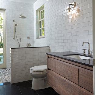 Идея дизайна: главная ванная комната среднего размера с фасадами с филенкой типа жалюзи, черными фасадами, отдельно стоящей ванной, открытым душем, унитазом-моноблоком, белой плиткой, керамической плиткой, белыми стенами, полом из керамической плитки, накладной раковиной, мраморной столешницей, черным полом и открытым душем