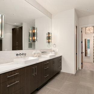 Immagine di una stanza da bagno contemporanea con ante lisce, ante marroni, piastrelle bianche, piastrelle in travertino, pareti bianche, lavabo a bacinella, pavimento beige e top bianco