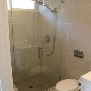 Immagine di una stanza da bagno padronale classica di medie dimensioni con nessun'anta, ante bianche, vasca giapponese, piastrelle grigie, piastrelle in ceramica, top in marmo e top bianco