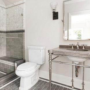 Идея дизайна: ванная комната среднего размера в классическом стиле с раздельным унитазом, белой плиткой, серой плиткой, каменной плиткой, бежевыми стенами, полом из известняка, мраморной столешницей, душем в нише и консольной раковиной