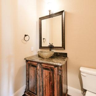Imagen de cuarto de baño con ducha, tradicional renovado, pequeño, con lavabo suspendido, armarios con paneles con relieve, puertas de armario de madera oscura, encimera de granito, sanitario de una pieza, paredes beige y suelo de madera en tonos medios
