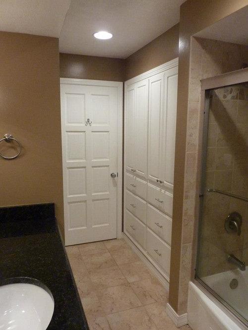 Salle d'eau avec une baignoire d'angle et un mur marron : Photos ...