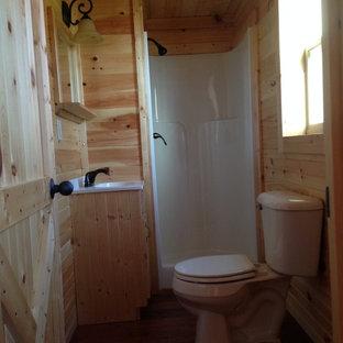 Diseño de cuarto de baño con ducha, de estilo americano, pequeño, con lavabo integrado, armarios con paneles con relieve, puertas de armario de madera clara, encimera de acrílico, ducha esquinera, sanitario de una pieza, paredes beige y suelo de madera en tonos medios
