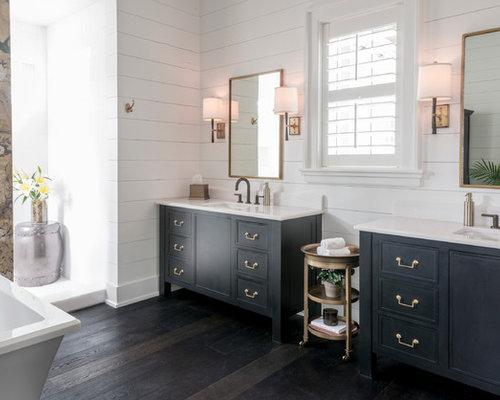 Großes Landhaus Badezimmer En Suite Mit Schwarzen Schränken, Freistehender  Badewanne, Offener Dusche, Weißer