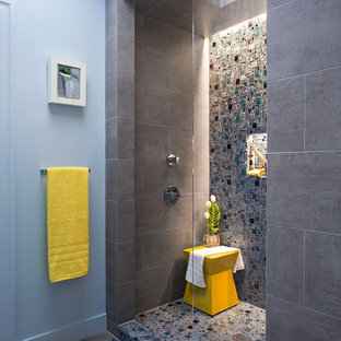 Ejemplo de cuarto de baño infantil, moderno, pequeño, con lavabo suspendido, armarios tipo mueble, encimera de acrílico, ducha abierta, sanitario de una pieza, baldosas y/o azulejos azules, baldosas y/o azulejos en mosaico, paredes azules y suelo de baldosas de porcelana
