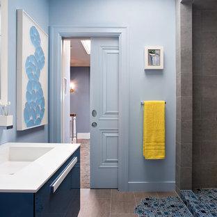 Imagen de cuarto de baño infantil, moderno, pequeño, con lavabo suspendido, armarios tipo mueble, encimera de acrílico, ducha abierta, sanitario de una pieza, baldosas y/o azulejos azules, baldosas y/o azulejos en mosaico, paredes azules y suelo de baldosas de porcelana