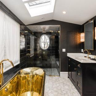Esempio di una stanza da bagno padronale classica con ante in stile shaker, ante nere, doccia a filo pavimento, piastrelle nere, piastrelle diamantate, pareti nere, lavabo sottopiano, pavimento multicolore, porta doccia a battente e top bianco