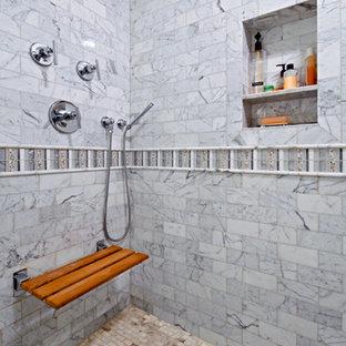 Esempio di una stanza da bagno padronale tradizionale di medie dimensioni con ante con riquadro incassato, ante bianche, doccia alcova, piastrelle grigie, piastrelle multicolore, piastrelle bianche, piastrelle in pietra, pareti bianche, pavimento in marmo, lavabo sottopiano e top in onice