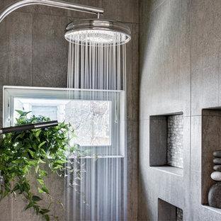 Immagine di una piccola stanza da bagno padronale bohémian con doccia alcova, piastrelle multicolore, piastrelle a mosaico, pareti grigie e top in legno