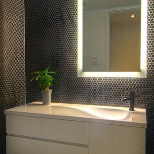 トロントのコンテンポラリースタイルのおしゃれなバスルーム (浴槽なし) (フラットパネル扉のキャビネット、白いキャビネット、珪岩の洗面台、黒いタイル、黒い壁、一体型シンク、セラミックタイル) の写真