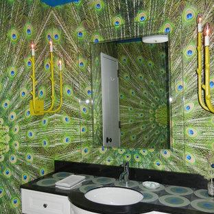 Idee per una stanza da bagno eclettica con top piastrellato e lavabo sottopiano