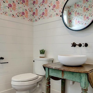 Modelo de cuarto de baño con ducha, de estilo de casa de campo, pequeño, con armarios abiertos, puertas de armario turquesas, suelo de madera en tonos medios, lavabo sobreencimera y suelo marrón