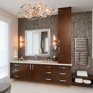 Esempio di una stanza da bagno padronale minimal di medie dimensioni con lavabo sottopiano, ante lisce, ante in legno bruno, doccia alcova, piastrelle grigie, piastrelle a mosaico, WC a due pezzi, pareti bianche, pavimento in marmo, top in superficie solida, pavimento bianco e porta doccia a battente