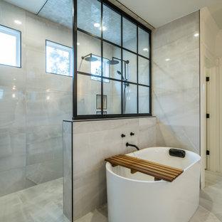 Esempio di una grande stanza da bagno country con ante bianche, vasca freestanding, doccia aperta, pareti grigie, top in quarzite, pavimento bianco, porta doccia scorrevole e top bianco