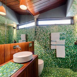 На фото: ванная комната в современном стиле с открытым душем, унитазом-моноблоком, зеленой плиткой, плиткой мозаикой, зелеными стенами, полом из мозаичной плитки, настольной раковиной, столешницей из плитки, открытым душем и зеленой столешницей с
