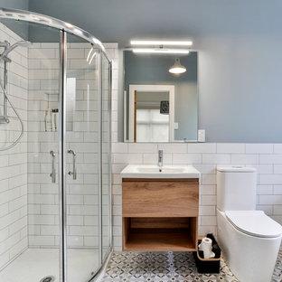 Ispirazione per una piccola stanza da bagno classica con ante con bugna sagomata, ante grigie, pavimento in legno verniciato e pavimento rosso