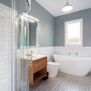 Ispirazione per una piccola stanza da bagno chic con ante con bugna sagomata, ante grigie, pavimento in legno verniciato e pavimento rosso