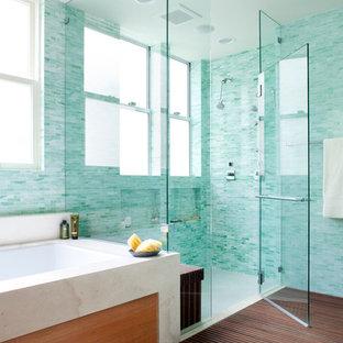 Esempio di una stanza da bagno classica con top in pietra calcarea, lavabo sottopiano, ante lisce, ante in legno scuro, vasca sottopiano, doccia ad angolo, WC monopezzo, piastrelle verdi, piastrelle di vetro, pareti bianche e pavimento in pietra calcarea