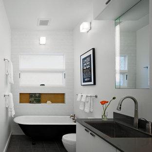 Mittelgroßes Modernes Badezimmer mit Mosaikfliesen, Unterbauwaschbecken, Toilette mit Aufsatzspülkasten, flächenbündigen Schrankfronten, weißen Schränken, Quarzwerkstein-Waschtisch, weißen Fliesen, weißer Wandfarbe, Porzellan-Bodenfliesen und Wäscheaufbewahrung in San Francisco